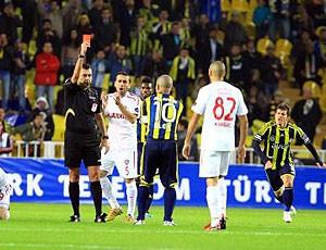 Alex recebe o cartão vermelho no jogo do Fenerbahçe (Foto: Reprodução)