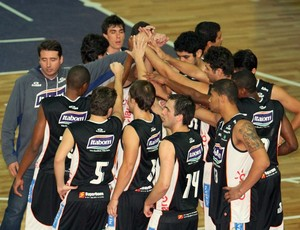 Bauru comemora vitória contra o Vila Velha, LDO basquete (Foto: Célio Messias / LNB)