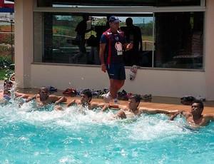 jogadores do bahia treinam na piscina do fazendão (Foto: Felipe Oliveira/Site Oficial)