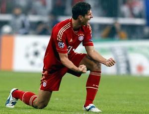 Mario Gomez comemora gol do Bayern de Munique sobre o Napoli (Foto: AFP)