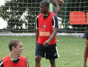 Carlos César treina normalmente na Cidade do Galo (Foto: Marco Antônio Astoni / Globoesporte.com)