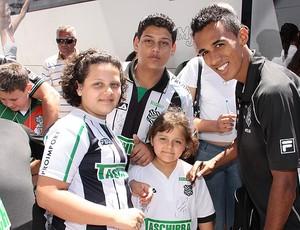 O lateral Juninho recebe o carinho dos torcedores (Foto: Carlos Amorim)
