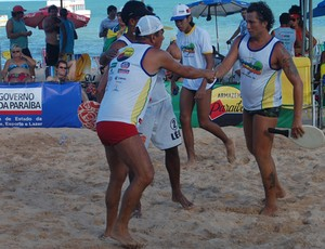 Jogadores de frescobol de cumprimetam durante Copa Brasil em João Pessoa (Foto: Expedito Madruga)