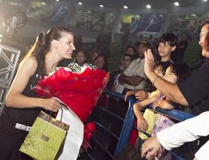 Stacy Sykora recebe presentes da torcida (Foto: Divulgação/Vôlei Futuro)