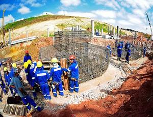 Operários na obra do Corinthians, em Itaquera. (Foto: Marcos Ribolli / Globoesporte.com)