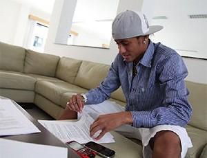 Neymar assinando contrato do Santos (Foto: Divulgação / Site Oficial do Santos FC)