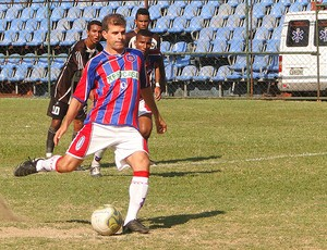 Túlio Maravilha, em cobrança de pênalti, abriu o marcador para o Bonsucesso (Foto: Fabio Menezes - ASCOM BFC - Divulgação)