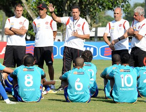 Vanderlei Luxemburgo conversa com o grupo no treino do Flamengo (Foto: Alexandre Vidal/Fla Imagem)