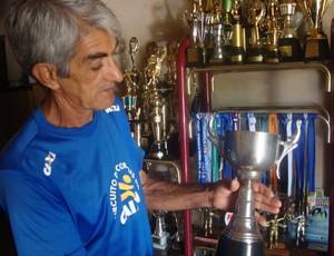 Valter Dias - corredor de Uberlândia exibe trofeu (Foto: Hismênia Keller/GloboEsporte.com)