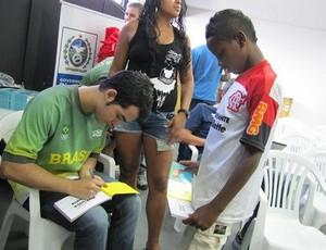 Pedro Ernesto autografa seu livro para as crianças de Vigário Geral (Foto: Divulgação Time Brasil )