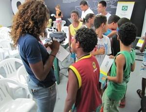 Rosangela Santos, medalista pan-americana, dá autógrafos no evento (Foto: Divulgação Time Brasil)