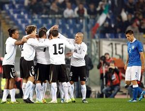 Comemoração gol Sebastian Fernandez - Itália x Uruguai (Foto: Reuters)