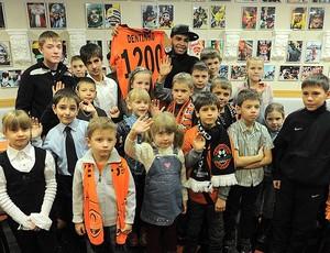 Dentinho comemora gol 1.200 do shakhtar (Foto: Divulgação / Site Oficial do Shakhtar)