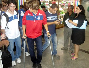 dodo, lateral do bahia, chega a salvador de muletas (Foto: Eric Luis Carvalho/Globoesporte.com)