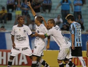 Felipe Azevedo comemora gol contra Grêmio no Olímpico (Foto: Alexandro Auler/Agência Diário)