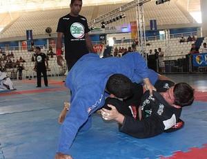 Diego Borges (de azul) sobrepondo Claudio Calasanz (Foto: Divulgação)
