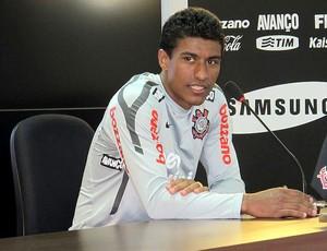 Paulinho durante entrevista do Corinthians (Foto: Wagner Eufrosino / Globoesporte.com)