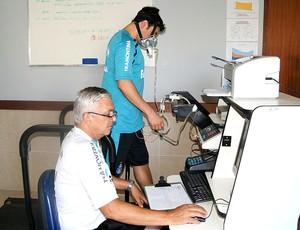 Kleber durante exames médicos no Grêmio (Foto: Reprodução / Twitter)