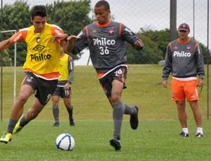 Dennis (9) disputa a bola com Cléberson (36). Ambos observados por Forner (Foto: Gustavo Oliveira/Site Oficial do CAP)