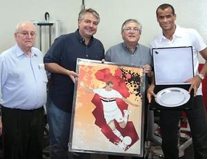 Rivaldo recebe homenagem (Foto: Rubens Chiri/São Paulo FC)