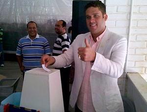 marcelinho guimarães, presidente do bahia, vota nas eleições do clube (Foto: Divulgação/Site Oficial)