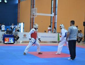 Robson Martins, de vermelho, durante luta nas Olimpíadas Escolares 2011 Curitiba 15 a 17 anos (Foto: Ana Carolina Fontes / GLOBOESPORTE.COM)