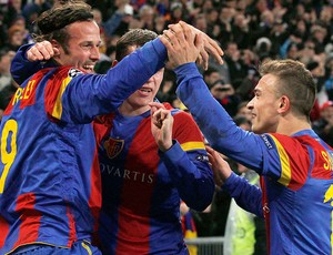 Marco Streller (E), Markus Steinhoefer (C) e Xherdan Shaqiri (D) - Basel x Manchester United (Foto: Reuters)