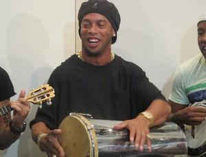 Ronaldinho no pagode (Foto: Janir Junior/Globoesporte.com)