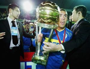 Tevez pelo Boca Juniors com o troféu do Mundial (Foto: Getty Images)