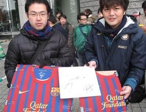 Japoneses fãs do Barcelona fazendo plantão na porta do hotel (Foto: Thiago Dias/Globoesporte.com)