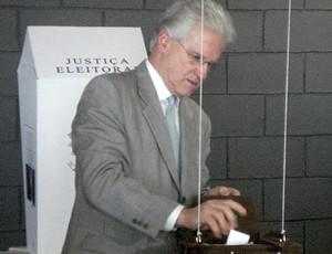 Atual presidente do Atlético-PR, Marcos Malucelli vota (Foto: Fernando Freire / Globoesporte.com)