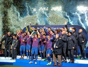 jogadores barcelona com a taça campeão mundial de clubes da fifa (Foto: Agência Reuters)