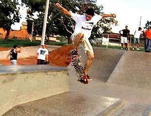Frame: Jovens de Uberlândia praticam o skate nas praças (Foto: Reprodução/ TV Integração)