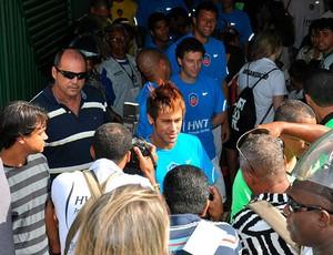 neymar é assediado pela imprensa ao entrar no campo em pituaçu para o super desafio de natal (Foto: Eric Luis Carvalho/Globoesporte.com)