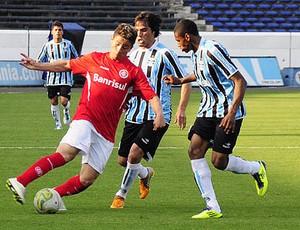Dener, lateral do Grêmio (Foto: Marcos Bertoncello/Divulgação, SC Internacional)