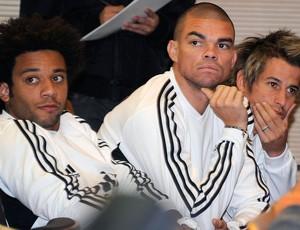 Marcelo, Pepe e Coentrão na coletiva de Mourinho do Real Madrid (Foto: AFP)