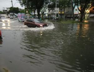 Vila Velha alagada por conta das chuvas fortes (Foto: Ingrid Gonçalves/G1 ES)