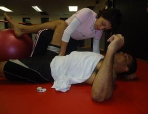 Minotauro fazendo fisioterapia com Ângela Côrtes (Foto: Arquivo Pessoal)