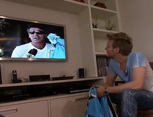 Michel Teló assistindo a mensagem de Renato Gaúcho (Foto: Reprodução/TV Globo)