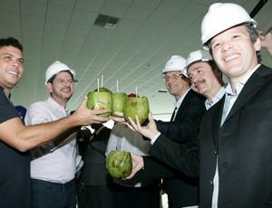 Em visita da Fifa, integrantes da entidade e do COL tomam água de coco (Foto: Marília Camelo/Agência Diário)
