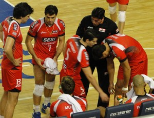 Giovani orienta os jogadores do Sesi vôlei (Foto: Leonardo Simonini/Globoesporte.com)