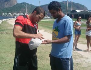 José Aldo dá autógrafo no Aterro do Flamengo (Foto: Adriano Albuquerque/SporTV.com)