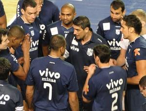 Jogadores do Minas recebem orientação do treinador vôlei (Foto: Leonardo Simonini/Globoesporte.com)