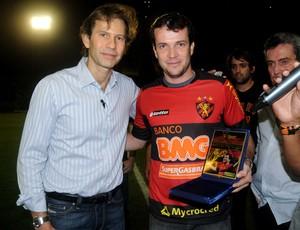 Daniel Paulista recebeu das mãos do presidente Gustavo Dubeux uma placa e uma camisa comemorativa (Foto: Aldo Carneiro)