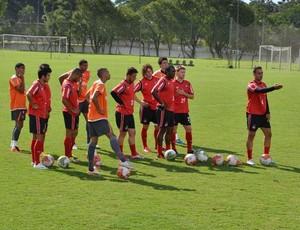 Grupo do Atlético-PR no CT do Caju (Foto: Fernando Freire/GLOBOESPORTE.COM)