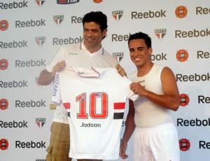 Jadson recebe a camisa 10 de Raí em sua apresentação (Foto: Marcelo Prado / GLOBOESPORTE.COM)