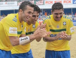 comemoração gol brasil futebol de areia contra seleção do mundo desafio internacional (Foto: Igor Christ/Globoesporte.com)