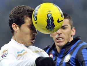 Hernanes e Lucio (Foto: EFE)