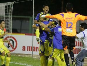 Jogadores do Horizonte festejam gol (Foto: Kid Júnior/Agência Diário)