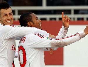 Stephan El Shaarawy e Robinho comemoram gol do Milan sobre o Novara (Foto: Reuters)